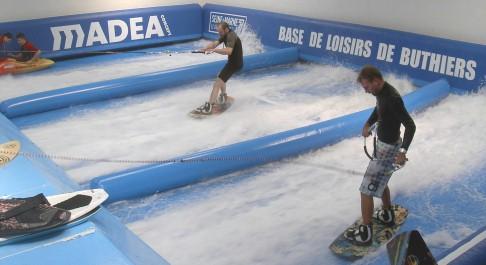 Surfen und Wasserski fahren im Simulator