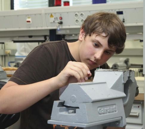 Lohr: Kurzpraktikum: Mittelschüler bauen Elektromotor