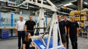 Das Projektteam von Bosch Rexroth in Schweinfurt mit dem automatisierten Basketballkorb.