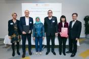 Präsidentin Halimah Yacob mit Vertretern von Bosch, Bosch Rexroth und des Institute of Technical Ed