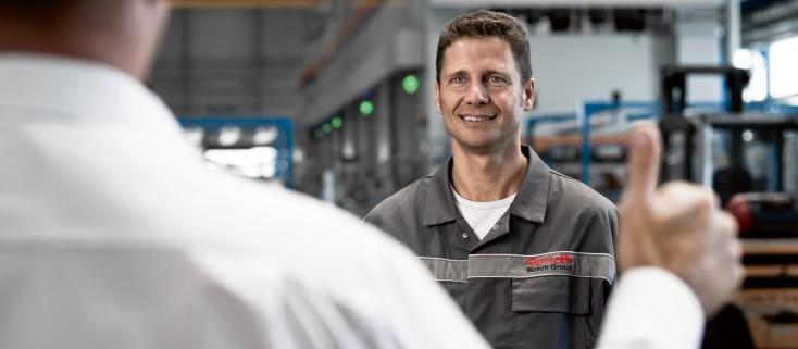 Ein Servicemitarbeiter von Bosch Rexroth leistet ganze Arbeit.