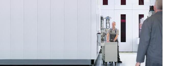 Servicetechniker von Bosch Rexroth für spanende Werkzeugmaschinen