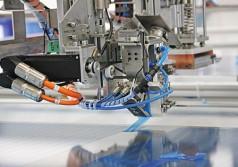 Präziser CNC-gesteuerter Schnittprozess für hauchdünne Kunststoffschutzfolien.