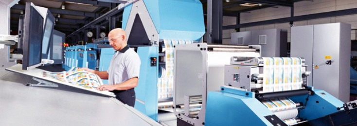 Mitarbeiter an einer Rexroth-Druckmaschine