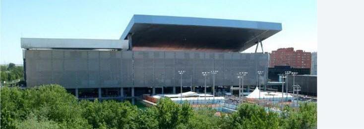 Diese neue Tennisstadion, das im Auftrag der Stadt Madrid für die Olympischen Spiele 2020 gebaut wurde, basiert auf einem Entwurf des französischen Stararchitekten Dominique Perrault.