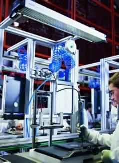 Die ergonomischen Arbeitsplätze bieten den Mitarbeitern das notwendige Zubehör, der Werkstückträger schützt die Produkte vor elektrostatischer Aufladung.