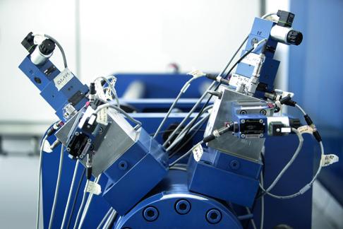 Versuchsanlage des STSS: Näherungssensoren erfassen die Position des Steuerkolbens im Cartridge-Ventil, aufgebaut auf einem Zylinder.
