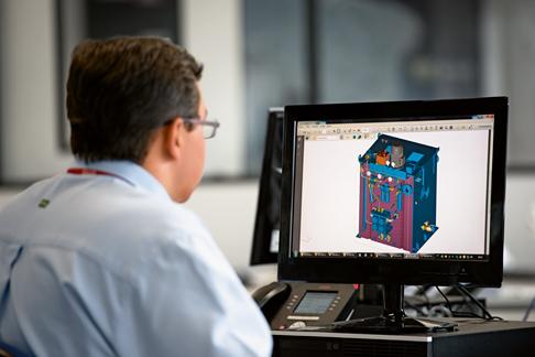 Silva prüft die CAD des Hydraulikaggregats.