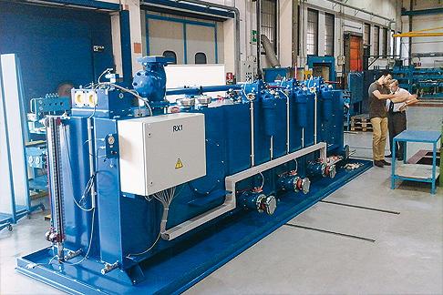 Überprüfung des Hydraulikaggregats von Rexroth vor der Lieferung.