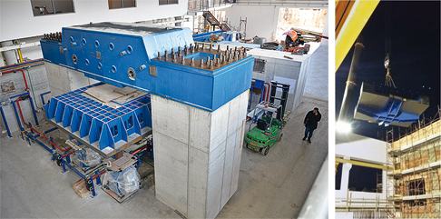 Installation des Rütteltischs. Rechts: Präzision war beim Einsetzen des Rütteltischs durch das Dach gefragt.