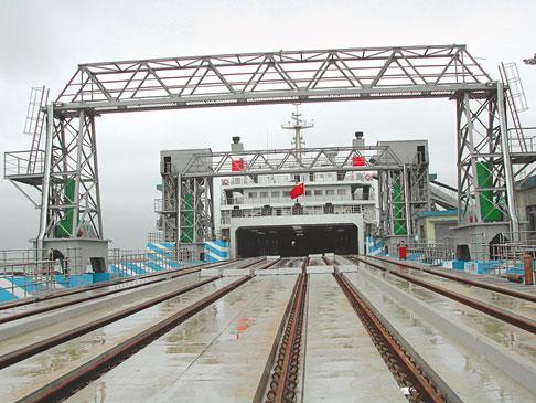 Die 90 Meter lange Fähranlegerbrücke für Züge besteht aus drei gelenkig miteinander verbundenen Einzelrampen. Die Bewegungen erfolgen über drei Zylinderpaare.