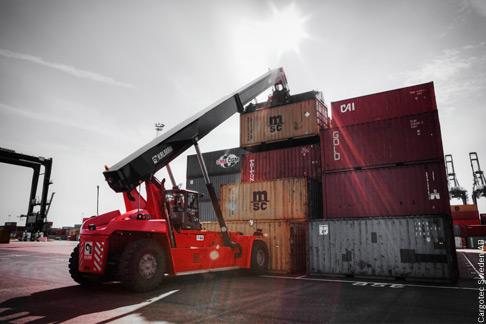 Im Arbeitsmodus am Container zeichnet sich der neue Reach-Stacker von Kalmar durch Komfort, niedrigen Schallpegel und einfache Steuerbarkeit aus.